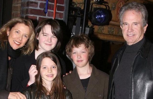 """Он был женат всего один раз на коллеге по фильму """"Багси"""" Аннетт Бенинг, с которой у них четверо детей, они до сих пор счастливы в браке."""