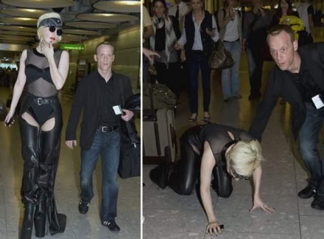 Еще одно эпическое падение певица совершила не на красной ковровой дорожке и не на выступлении, а в аэропорту Хитроу в Лондоне.