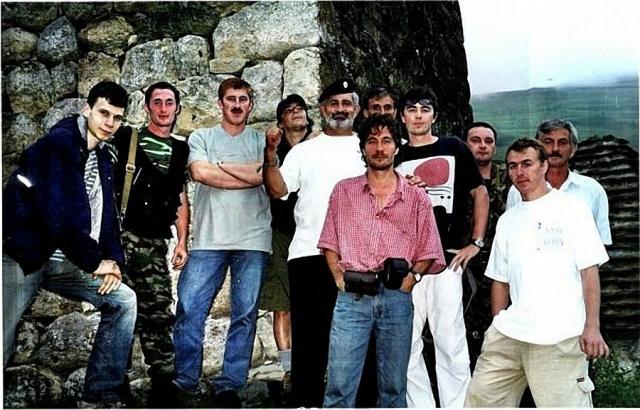 По их версии, съемочная группа могла добраться до автомобильного тоннеля и укрыться от лавины там. Однако в тоннеле не нашли никаких следов пребывания людей.