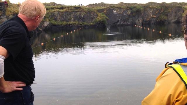 """По стоунскиппингу проводится аж два мировых первенства за год: в первом побеждает тот, чей каменный блин ускачет дальше, во втором победителем становится тот, чей """"спортивный"""" снаряд сделает больше прыжков по воде."""