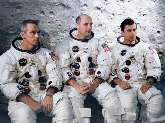 """В 1969 году американские астронавты Том Стаффорд, Джин Сернан и Джон Янг находились на темной стороне Луны, спокойно снимая кратеры. В этот момент они услышали """"потусторонний организованный шум"""", исходящий от их гарнитуры."""