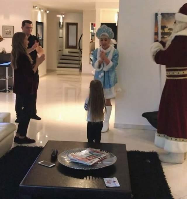 Небольшое представление для дочери в праздник устроили Кристина Асмус и Гарик Харламов.