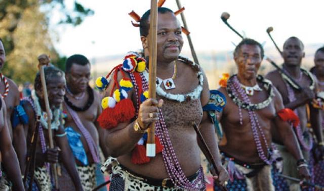 Каждый год король наряжается в леопардовую шкуру и пляшет танец тростника для хорошего урожая. А вокруг него водят хоровод 8 тысяч девушек с обнаженной грудью.