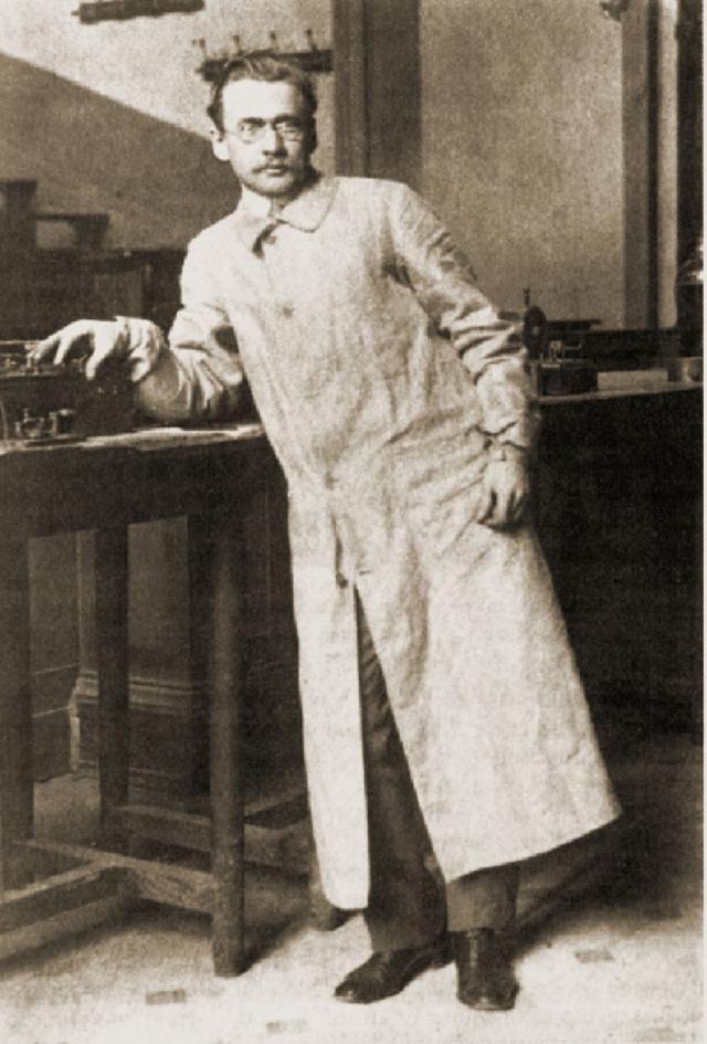 """В 1919 году, во время второй командировки Зворыкина в Нью-Йорк, правительство Колчака пало, то есть возвращение было верной смертью, и Владимир стал сотрудником компании """"Вестингауз""""."""