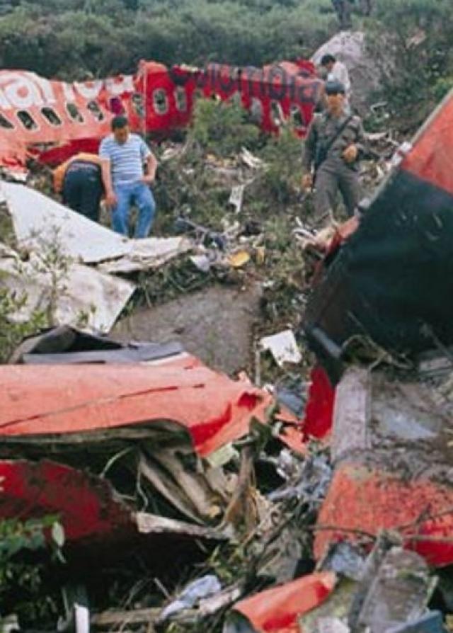 27 ноября 1989 года в небе в окрестностях Боготы по приказу Эскобара спустя три минуты после взлета был взорван пассажирский Boeing 727 колумбийской авиакомпанииAvianca, наборту которого находились 101 пассажир и 6 членов экипажа. Предполагалось, что на борту самолета должен был лететь будущий президент Колумбии Сесар Гавирия Трухильо, но, по неизвестным причинам, он отменил свой вылет. Погибли 110 человек.