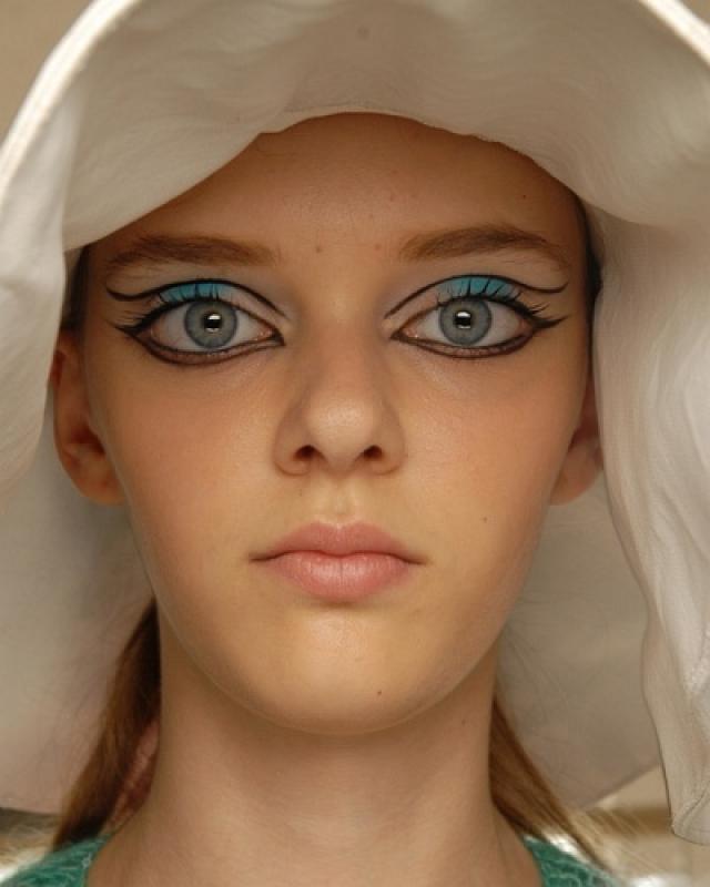 После пары украинских обложек, она отправилась прямиком в Париж на подиумы Givenchy, Nina Ricci, Dries Van Noten и YSL.