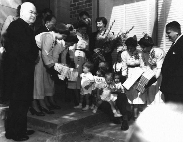 Когда сестрам исполнилось 6 месяцев, их отец принял решение показать своих дочерей на Всемирной выставке в Чикаго. Об этом узнали канадские власти, которые решили заняться организацией необычного показа. Для девочек был выстроен специальный павильон с десятью огромными окнами и галереей, чтобы малышек было лучше видно.
