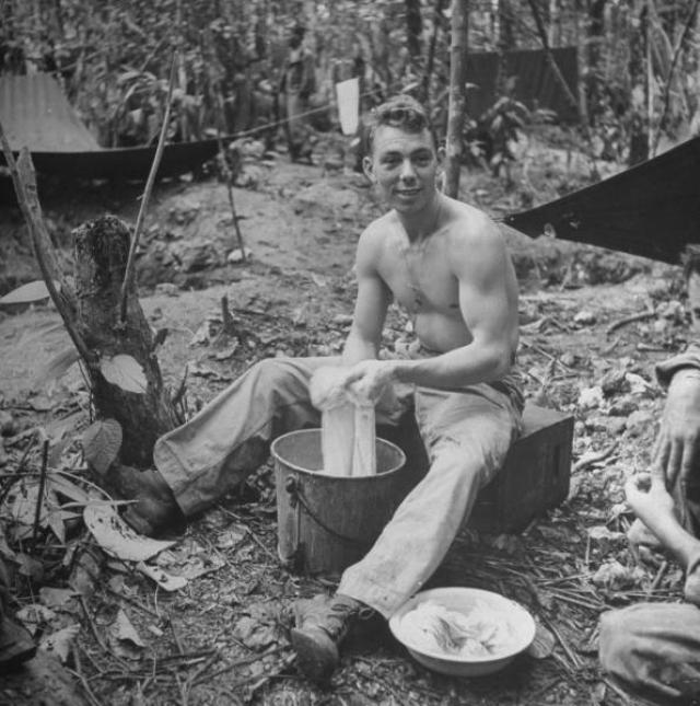 Во время Второй мировой американские военные любили носить джинсы в свободное от службы время и с радостью продавали деним местным жителям. Так джинсы стали популярны в Европе.