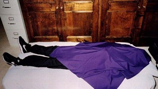 В 1997 году основателю удалось уговорить 39 последователей своей секты покончить жизнь самоубийством из-за неминуемого столкновения Земли с кометой Гейла-Боппа.