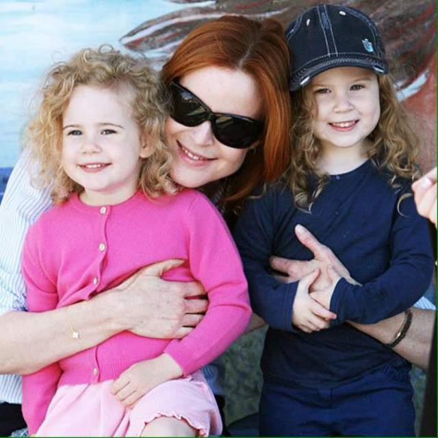 56-летняя Кросс поздно родила. Звезда растит 11-летних двойняшек Иден и Саванну.
