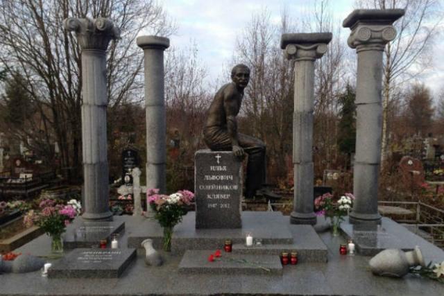После этого Илью госпитализировали с серьезным воспалением легких, осложненным проблемами с сердцем и тем, что он много курил. Не приходя в сознание, Олейников умер в 4 часа утра 11 ноября 2012 года на 66-м году жизни.