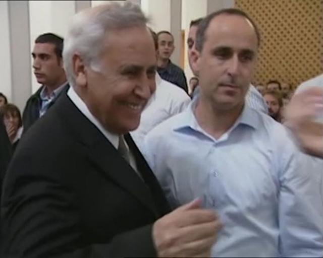 Скандал начался в июле 2006 года, когда Кацав обратился к юридическому советнику правительства Мени Мазузу, заявив, что одна из сотрудниц канцелярии пытается его шантажировать и вымогает деньги.