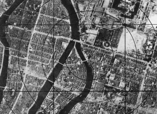 А это карта Хиросимы перед бомбардировкой, на которой военно-воздушными силами США отмечен район эпицентра. Именно он в одно мгновение был стерт с лица земли.