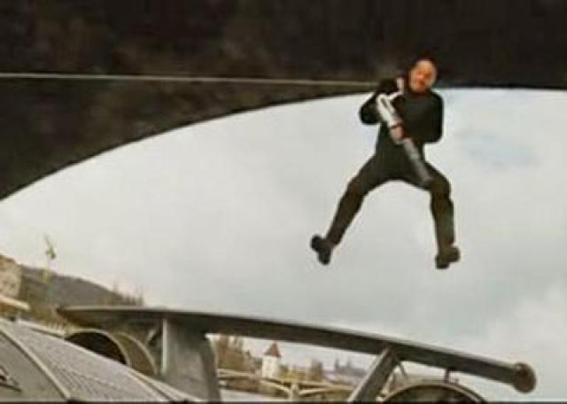 Гарри отлично выполнил трюк. Но ему этого показалось мало: он посчитал, что край моста был слишком далеко от героя, и сцена из-за этого вышла недостаточно напряженной. И он попросил режиссера Роба Коэна сделать еще один дубль, в котором начал скольжение чуть позже. Позднее режиссер горько жалел о том, что уступил просьбам Гарри.