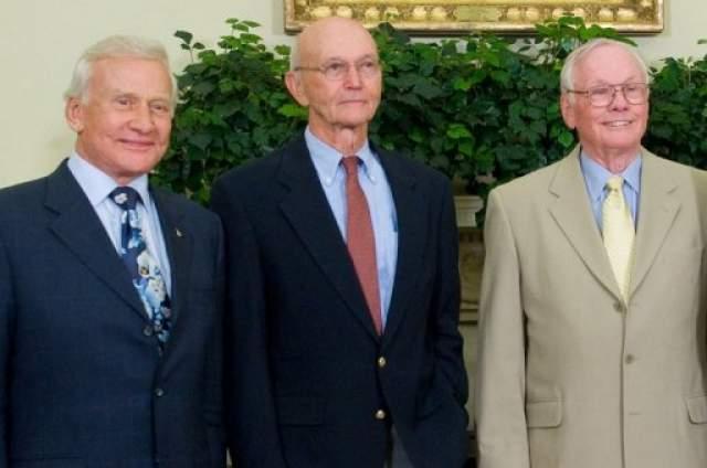 Армстронг скончался в 2012 году, после того, как ему была сделана операция аортокоронарного шунтирования. После отставки 87-летний Олдрин весьма активно интересуется космической программой, участвует в дебатах, также как и Коллинз.