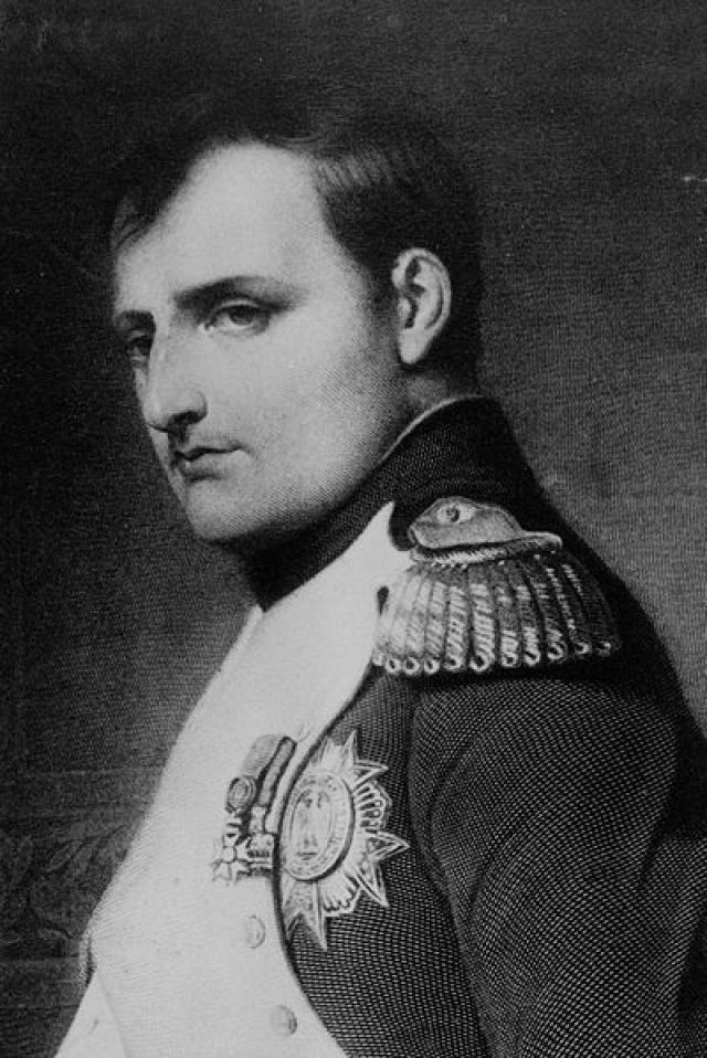 Наполеон Бонапарт известен своей маниакальной любовью к горячим ваннам. В мирное время он мог принимать ванну по несколько раз на дню. Специальный слуга должен был следить за тем, чтобы вода в ней всегда была необходимой температуры. Наполеон, находясь в ванной, диктовал письма, принимал посетителей, а в военные экспедиции обязательно брал с собой походную ванну.