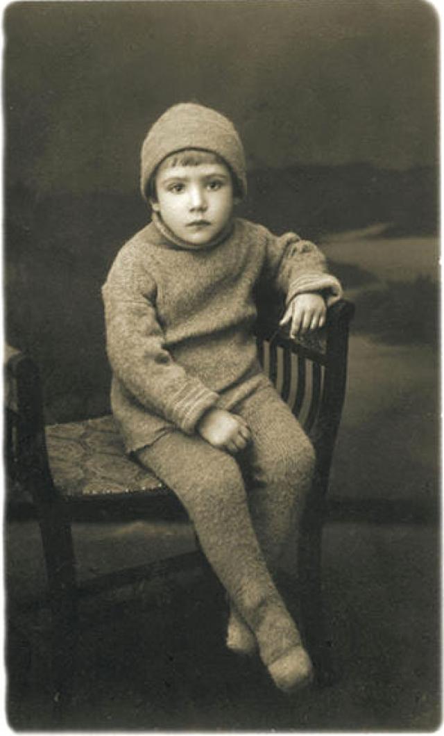 Юрий Владимирович Никулин появился на свет 18 декабря 1921 года в Демидове, который сейчас входит в состав Смоленской области. Его отец сочинял репризы для эстрады и цирка, работал репортером, ставил собственные спектакли, мать также работала в театре, но позже бросила сцену и посвятила свою жизнь семье.