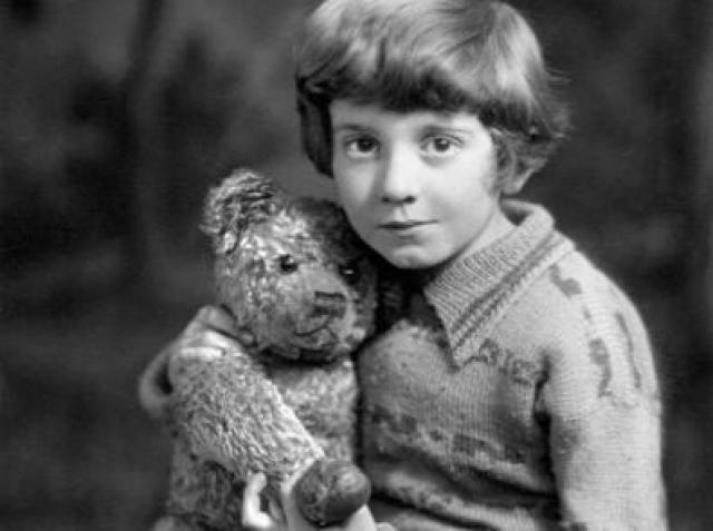Кристофер Робин Милн. Кристофер Робин Милн был наиболее известен как мальчик, который любил Винни-Пуха, и который стал его прототипом в сборнике рассказов, написанным его отцом. Его родители были категорически против его отношений с двоюродной сестрой.