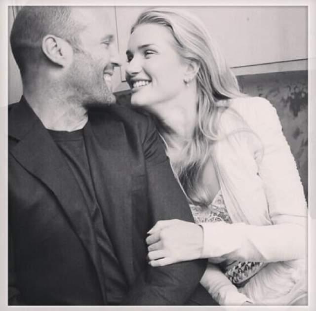 Одна из самых обсуждаемых пар в Голливуде - модель Роза Хантингтон-Уайтли и актер Джейсон Стетхем .