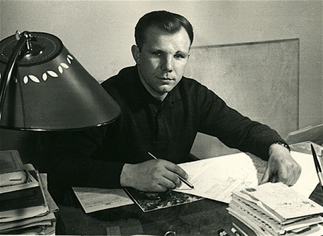 Этот факт является тем более странным, поскольку до полета Гагарина электронной музыки в нашей стране еще не существовало, а именно такую мелодию и услышал первый космонавт.