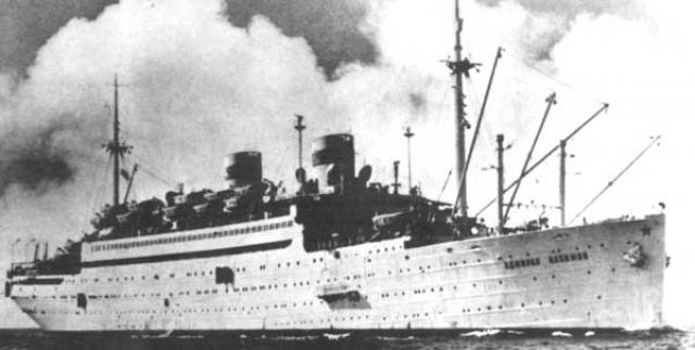 """В этот момент пароход обесточился. Капитан, не имея возможности передать общесудовой сигнал тревоги и сигнал """"SOS"""" по радио, приказал голосом объявлять по судну """"шлюпочную тревогу""""."""