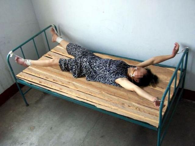 """""""Кровать мертвеца"""". Считается, что эту пытку китайская компартия до сих пор применяет в основном к тем заключенным, которые пытаются протестовать против незаконного заключения с помощью голодовки."""