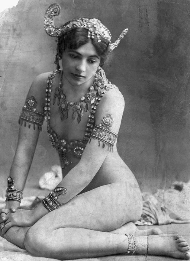 После Первой мировой войны в моду вошел образ девочки-подростка с плоской грудью. Поэтому и бюстгальтеры тех времен не выполняли функции поддержки и приподнимания груди.