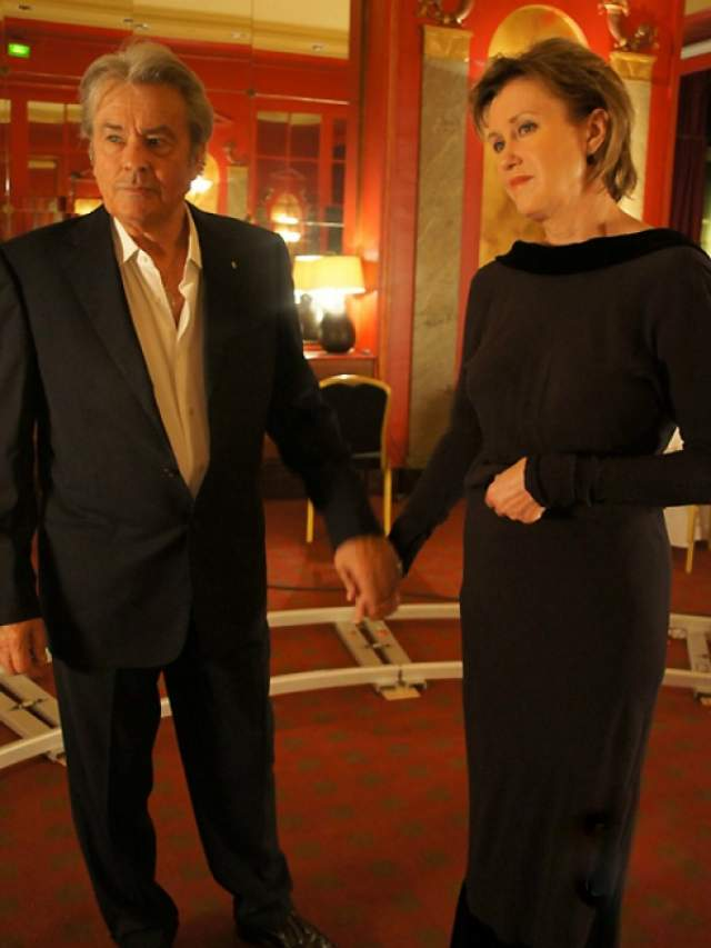 """Ален Делон, """"С новым годом, мамы!"""" (2012). Тема фильма (простую учительницу сын отвез в Париж, где она танцевала с Аленом Делоном) настолько затронула актера, что он согласился сниматься сразу после прочтения сценария."""