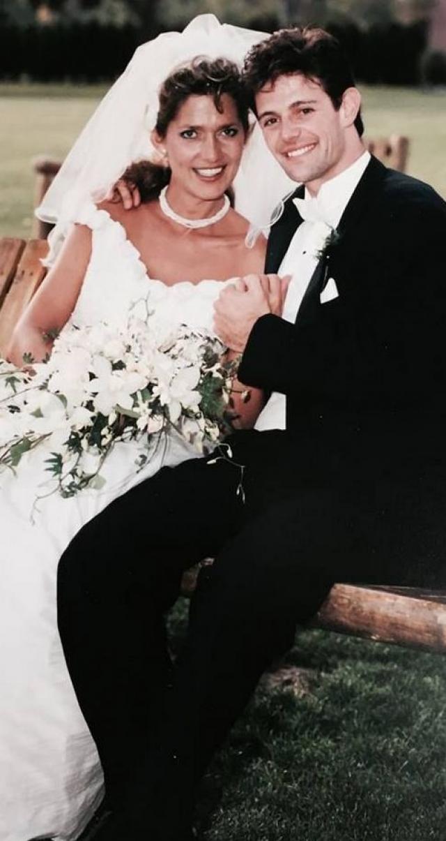 Она замужем во второй раз. А первый муж расстался с ней после того, как желтая пресса поведала тайну о ее мужском прошлом.
