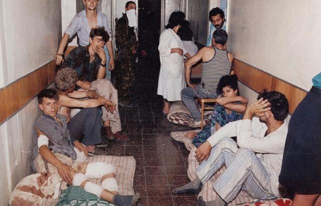 В первый день нападения боевиками банды Басаева были отобраны среди заложников 6 мужчин, которых затем расстреляли перед зданием главного корпуса больницы для устрашения других заложников.