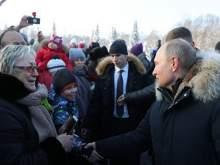 Путин отодвинул в сторону охранника, чтобы пообщаться с петербуржцами