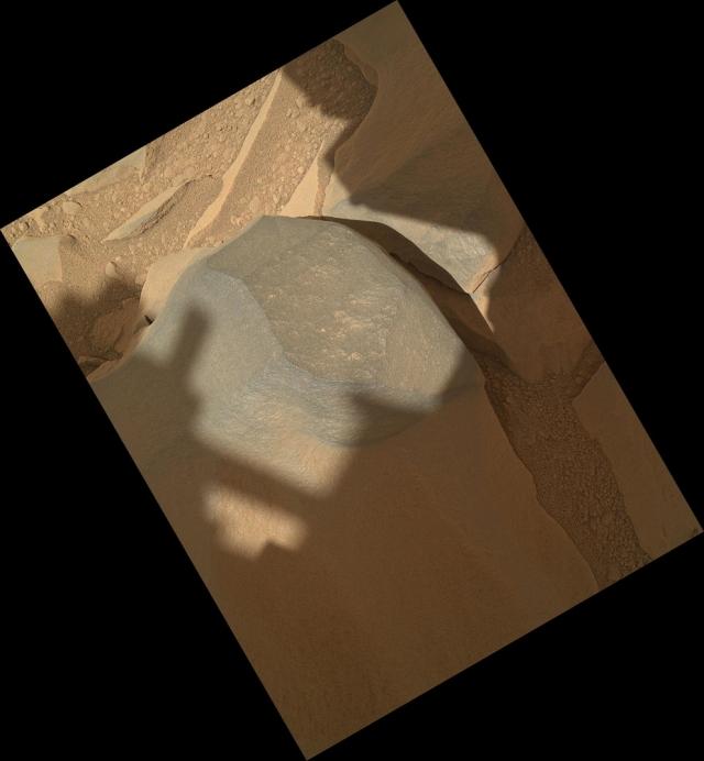 Темно-серый марсианский камень. Изображение получено камерой MAHLI с расстояния 27 см.
