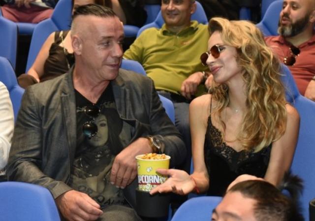 В декабре исполнительница подогрела слухи о своих отношениях с зарубежной звездой, когда приехала на закрытый концерт музыканта в один из столичных клубов вместе со старшей дочерью Евой.