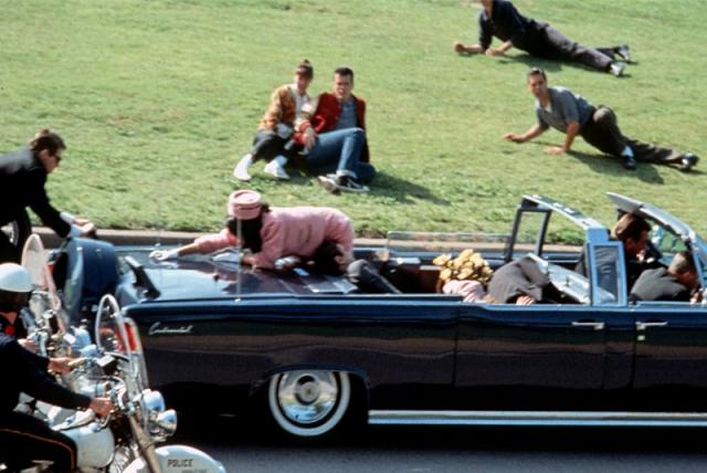 Первая пуля, по официальной версии, попала Джону Кеннеди в спину, прошла насквозь и вышла через шею, также ранив в спину, правое запястье и левое бедро