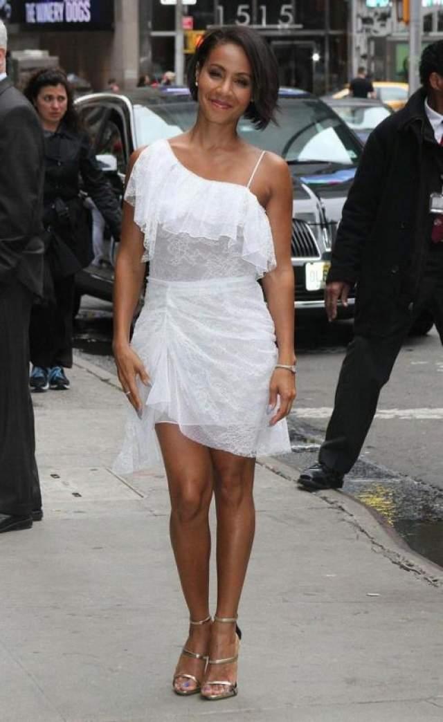 Супруга репера Уилла Смита Джада Пинкетт-Смитт (47) нарядилась в платье, материал которого очень похож на занавески.
