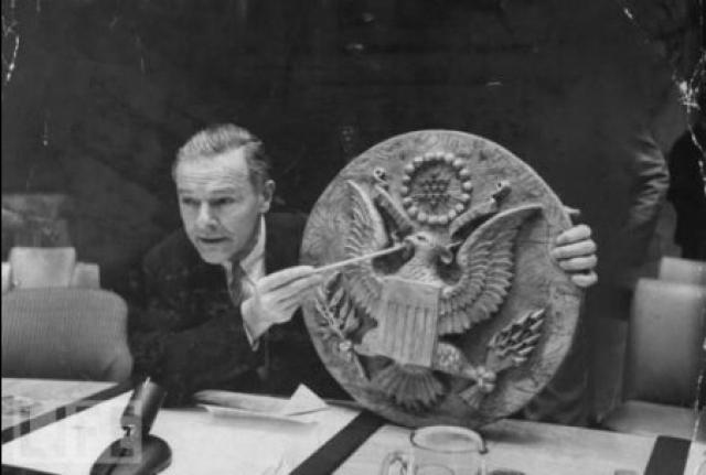 В 1945 году СССР преподнес американскому послу деревянное панно из ценных пород дерева с изображением герба США, сделанное школьниками. В панно был вмонтирован жучок, разработанный Львом Терменом. Американцы не находили подслушивающее устройство целых восемь лет.