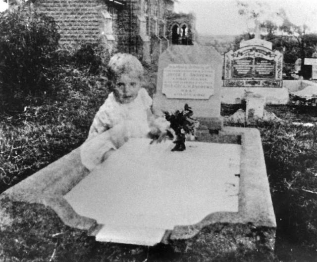Миссис Эндрюс пришла на кладбище навестить свою дочь Джойс, которая умерла, когда ей было 17 лет, и не заметила ничего необычного, когда делала этот снимок. Женщина утверждает, что поблизости не было ни одного ребенка.