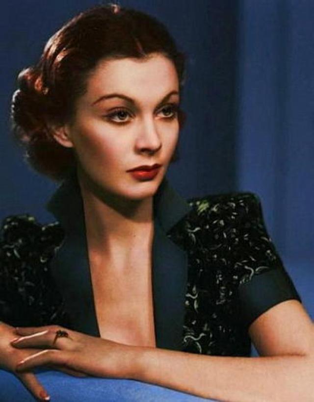 """Вивьен Ли , леди Оливье - Вивиан Мэри Хартли. Продюсер решил придумать начинающей актрисе псевдоним, сказав, что с фамилией Холман она далеко не пойдет. От псевдонима """"Айприл Морн"""" она отказалась, тогда он предложил Вивиан просто сократить девичью фамилию."""