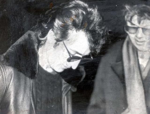 """Чепмен, ранее в этот же день взявший у музыканта автограф на обложку нового альбома """"Double Fantasy"""", сделал пять выстрелов ему в спину, из которых четыре достигли цели."""