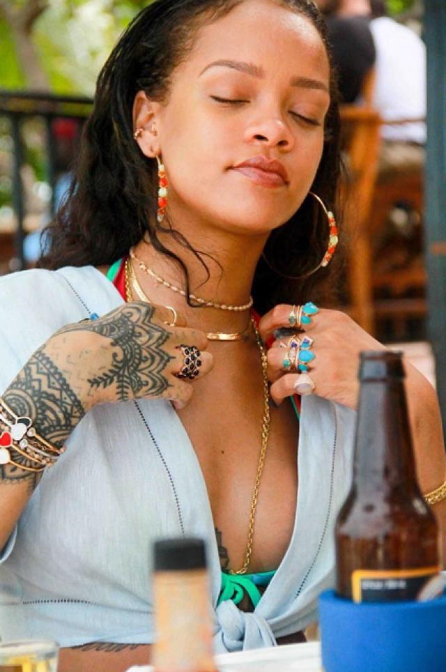 Рианна. С такой экзотической внешностью певица хороша и с макияжем и без.