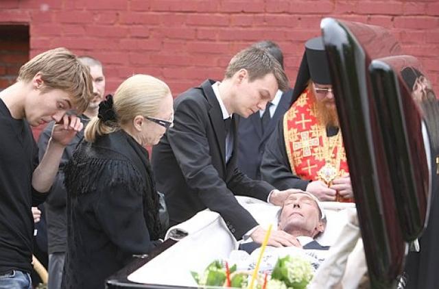 10 апреля 2009 Олег в последний раз появился на сцене. В конце апреля у актера открылось внутреннее кровотечение, а утром 20 мая 2009 года скончался в одной из московских клиник.