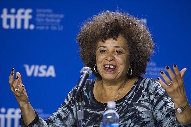 """Сейчас основным направлением своей деятельности Дэвис считает защиту прав заключенных и женщин. Оставаясь """"в тренде"""" в 1997 году Анджела Дэвис объявила, что является лесбиянкой, добавив к своим правозащитным интересам еще и борьбу с гомофобией."""