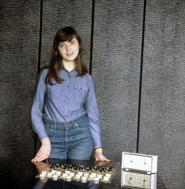 Елена Альтшуль (шашки). Пятикратная чемпионка мира (1980, 1982, 1983, 1984, 1986) по международным (стоклеточным) шашкам, завоевавшая чемпионство в 16 лет.