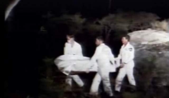 Многим из своих жертв Милат наносил удар ножом в основание позвоночника, что вызвало паралич. После этого он либо расстреливал неподвижных людей, либо избивал, а потом обезглавливал их. На фото: следственная группа транспортирует скелетные останки одного из британских туристов, ставшего жертвой серийного убийцы Ивана Милата.