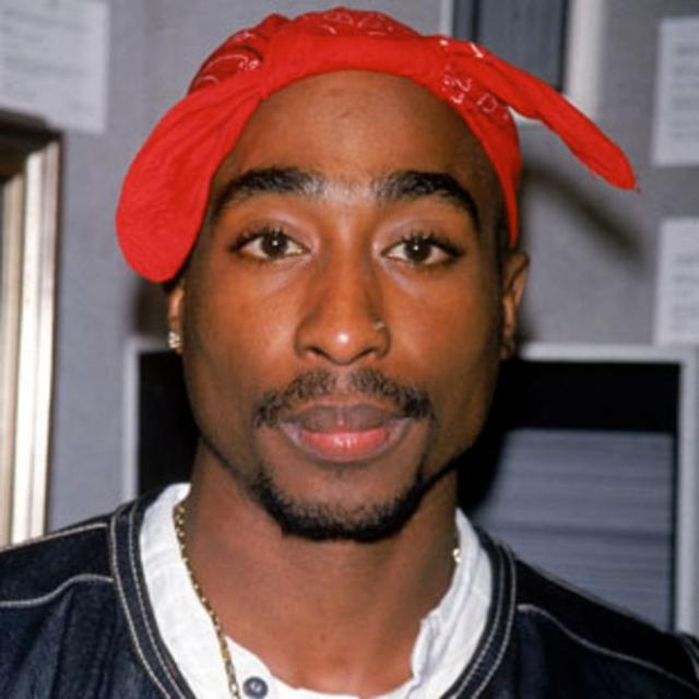 Тупак Шакур. 7 сентября 1996 года один из самых популярных рэперов был расстрелен при до конца не выясненных обстоятельствах. Он умер в больнице через шесть дней и был кремирован.