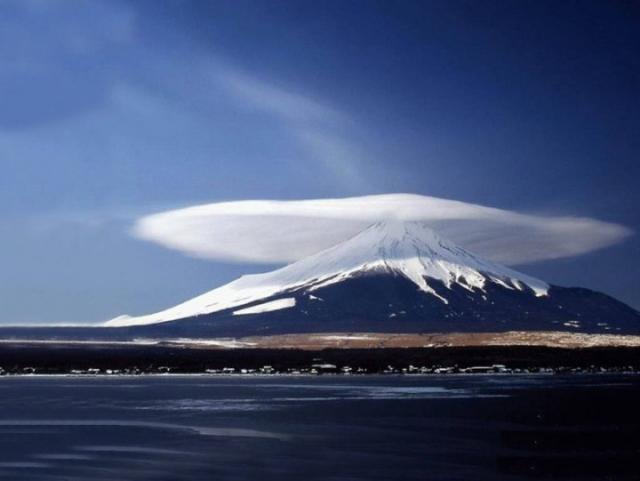 Хотя лентикулярные облака действительно могут быть слоистыми, в конкретно этом случае облако было только одно.