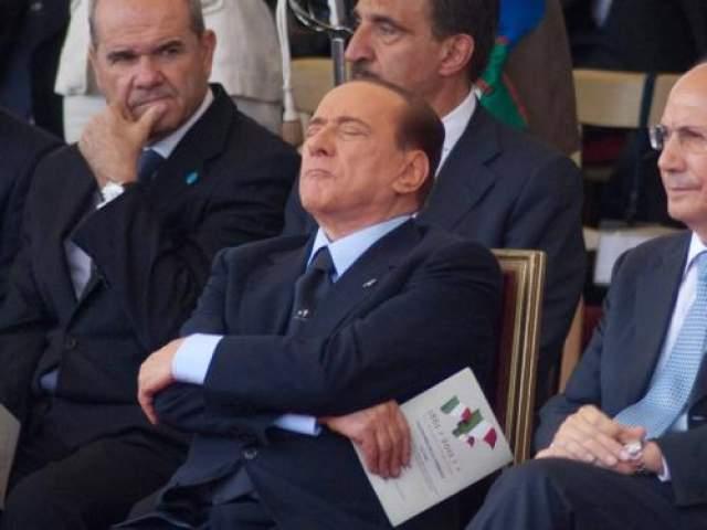 Итальянскому премьер-министру Сильвио Берлускони удалось поспать с гордо поднятой головой за спиной спикера итальянского Сената Ренато Шифани во время военного парада 2011 года в Риме, Италия.