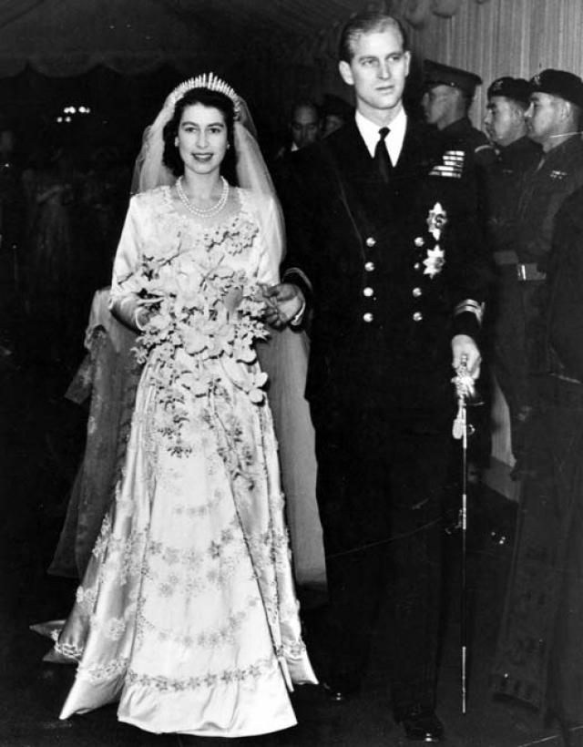 Но на самом деле пара связана дважды, поскольку они являются троюродными братом и сестрой по линии короля Кристиана IX Дании и четвероюродными родственниками со стороны королевы Виктории.