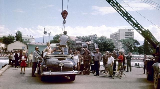 В финале фильма эпизод, где подъемный кран опускает Никулина в автомобиль ЗИС-110, после чего Никулин бьется о крюк головой, запланирован не был. Никулин ударился по-настоящему, и именно этот эпизод и вошел в фильм.