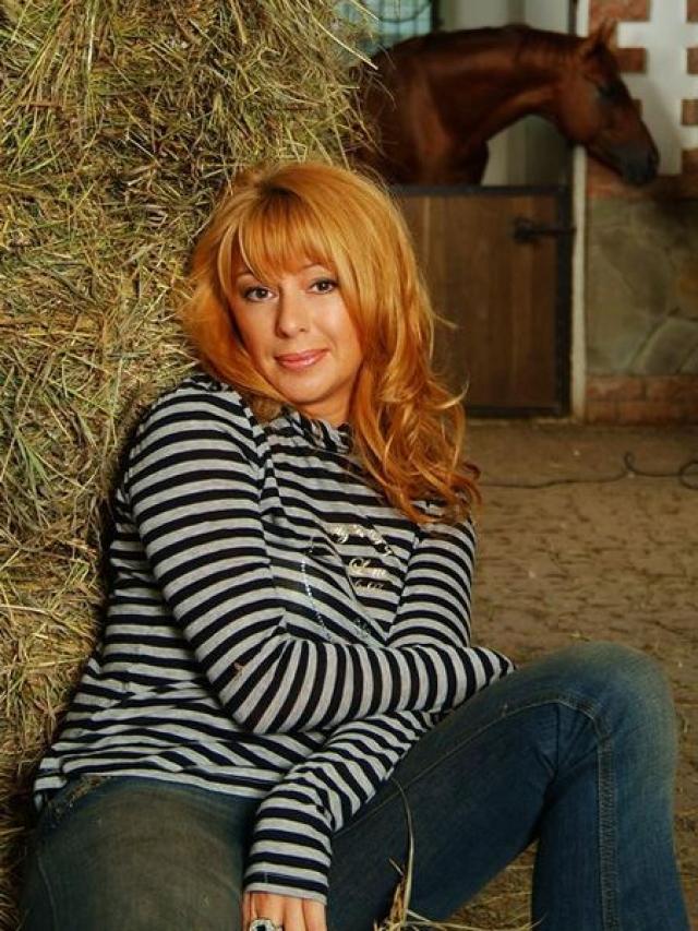 Алена Апина. Одной из первых российских знаменитостей кто прибег к услугам суррогатных матерей.